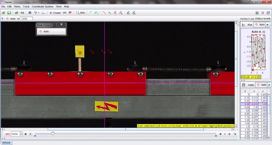 Légpárnás sínen, két rugó közötti kiskocsi vizsgálata (kis tömeg) – Videoelemzés